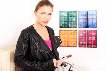 junges Model mit schwarzer Lederjacke
