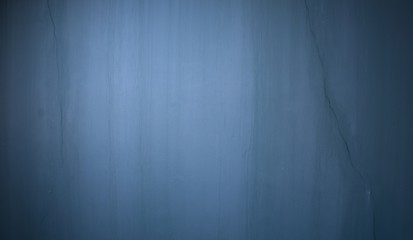 Dunkle Steinwand mit Riss als Hintergrund