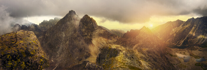 Photo sur Aluminium Montagne Panoramic view of the mountain peaks of the Tatra mountains