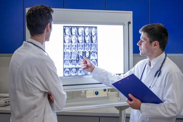 Zwei Ärzte besprechen eine MRT Aufnahme