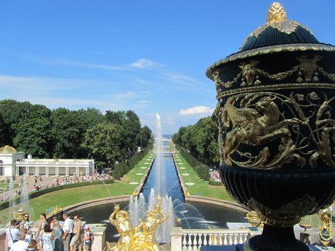 Вид на фонтан Большой каскад и Морской канал в Петергофе