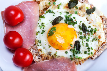 Fried eggs with ham and tomato