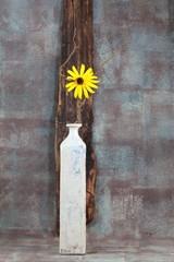 Stillleben : Vase mit gelber Blume