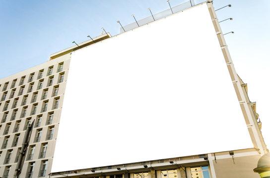 Riesige leere Werbetafel an urbanem, modernen Gebäude