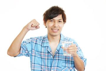 水を飲む笑顔の男性