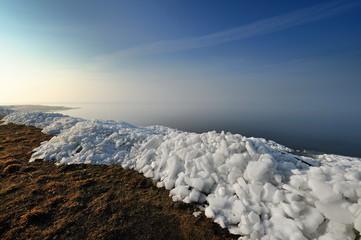 Krajobraz Morski, zwał kry lodowej na brzegu zatoki morskiej