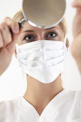 Nahaufnahme einer Doktorin sehen durch Lupe