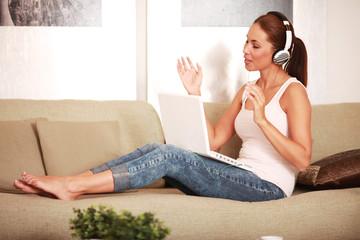 hübsche,junge Frau hört Musik