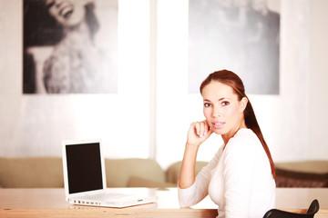 junge Frau im Büro guckt überrascht