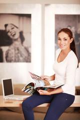 Frau mit Magazin
