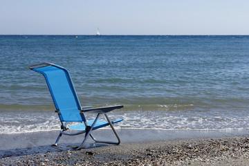 Tumbona en la playa desierta