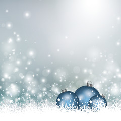 Weihnachtsdekoration mit blauen Kugeln im Schnee