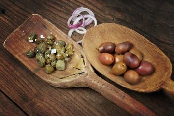 olive taggiasche e capperi al sale