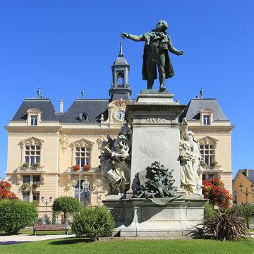 Statue de Danton devant la mairie de Tarbes (Hautes-Pyrénées)