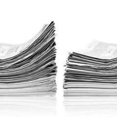 Zwei Stapel Zeitungen