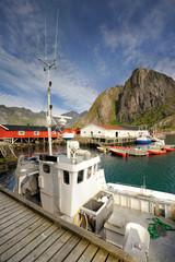 Wall Mural - Norwegia , Sakrisoy, kuter do połowu ryb, krajobraz wiejski
