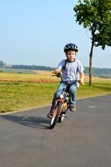 Kind fährt Fahrrad