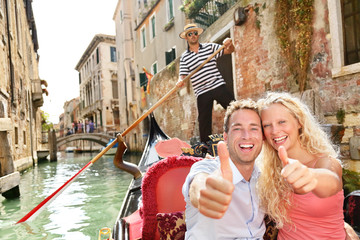 Türaufkleber Gondeln Travel concept - happy couple in Venice gondola