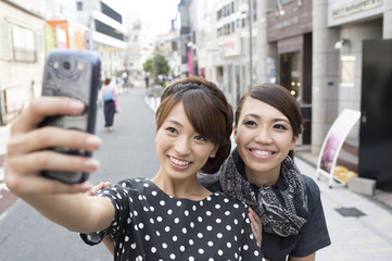 Women who take a commemorative photograph on a mobile phone