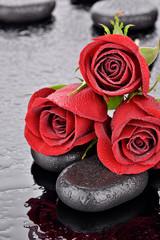 Obraz Czerwone róże na kamieniach bazaltowych - fototapety do salonu