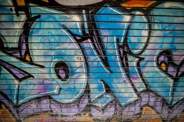 Graffiti sur une porte métallique