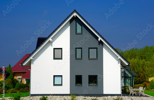 modernes einfamilienhaus stockfotos und lizenzfreie bilder auf bild 69950608. Black Bedroom Furniture Sets. Home Design Ideas