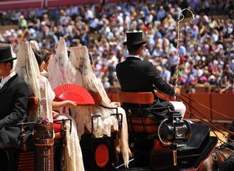 Mujeres con mantilla en coche de caballos