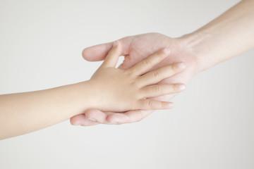 手を合わせる親子の手元