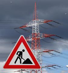 Baustellenschild mit Strommasten