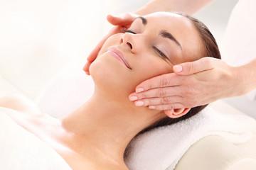 Obraz Szczęśliwa kobieta u masażysty - fototapety do salonu