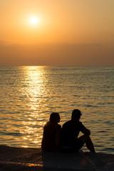 Junges Liebespaar am Strand beim Sonnenuntergang
