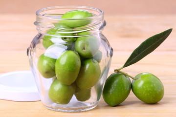Fototapete - Vasetto di olive verdi