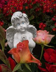 Betender Engel hinter Rosen