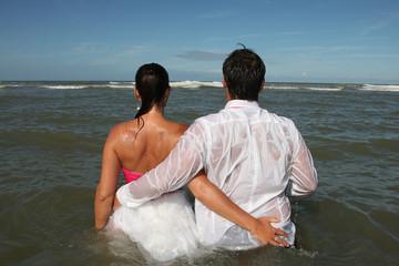 Bras dessus, bras dessous dans l'eau