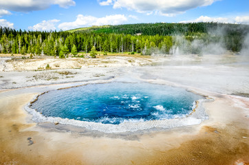 La pose en embrasure Parc Naturel Landscape view of Crested pool in Yellowstone NP