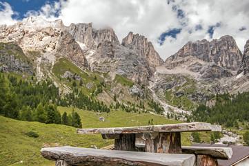 Wall Mural - tavolo di legno per pic nic su dolomiti,italia