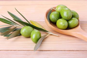 Fototapete - Olive verdi  in un cucchiaio in legno