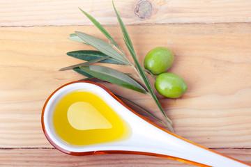 Fototapete - Cucchiaio di oli d'oliva e olive verdi