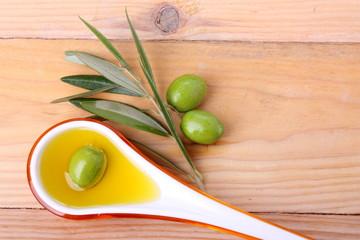 Fototapete - Cucchiaio di oli d'oliva e olive verdi #2