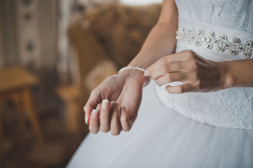 The bride dresses a bracelet 724.