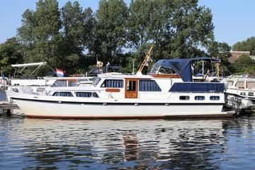 Motorboot in einer Marina