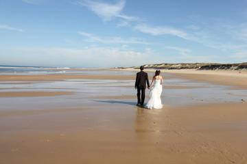 Au loin des mariés