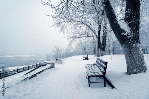 Снег, зима, лавочка, лес скачать