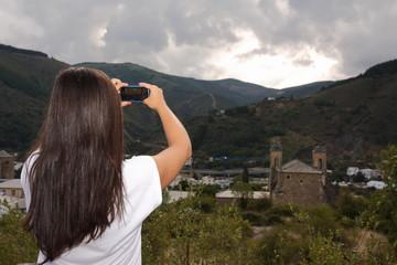 Chica sacando foto paisaje
