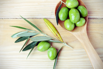 Fototapete - Olive verdi e rami di ulivo
