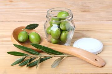 Fototapete - Barattolo di olive verdi