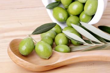 Fototapete - Cucchiaio di legno  foglie di ulivo e olive