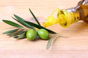 Fototapete - Bottiglia di olio d'oliva e olive