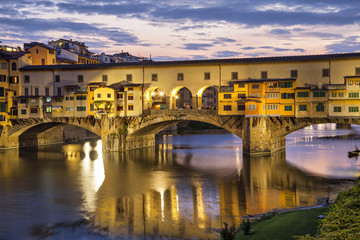 Fotomurales - Ponte Vecchio bridge in evening illumination, Florence, Italy