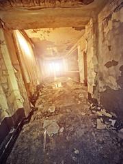Fototapete - abandoned hotel hallway